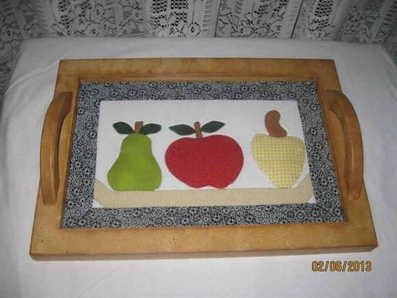 Linda bandeja em MDF feita em patchwork no isopor decorada com tecido e motivo de frutas. R$ 85,00