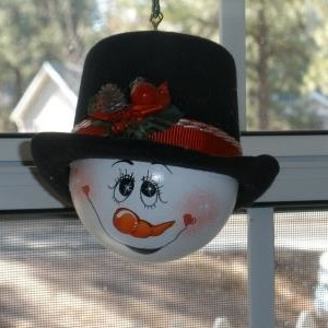 Cute and so easy to make..I like to look at coloring books and get ideas for facial expressions. You can't mess them up, they don't have to have perfect eyes or a perfect nose...just give them their own personality and you'll have a one of a kind ornament. I got this bulb idea from Thriftyfun.com
