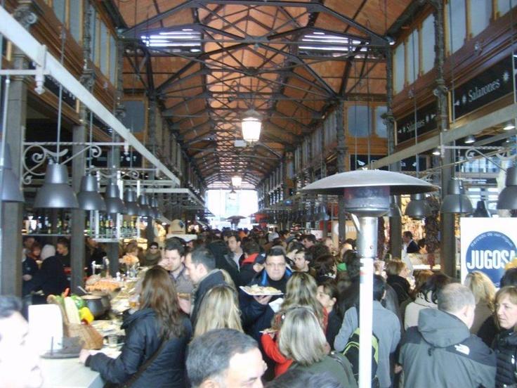 Karşımızda Mercado St Miguel…İnanılmaz bir kapalı pazar yeri… Yapımı yaklaşık yüz sene önceye dayanıyor, içeri girmeden önce dışarıdan buraya vuruluyorsunuz... Daha fazla bilgi ve fotoğraf için; http://www.geziyorum.net/madrid-gezisi/