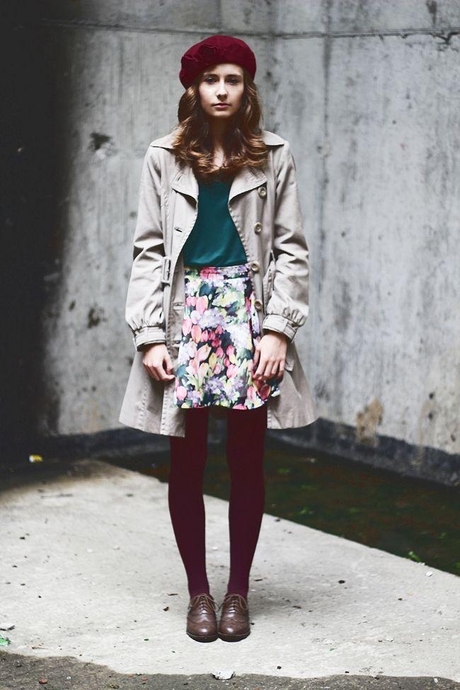 春秋:米色风衣+深蓝绿色T+复古白色印花半裙+酒红色打底袜+酒红色蓓蕾帽 颜色:米色+酒红+暗蓝绿+亮花色/搭配超爱