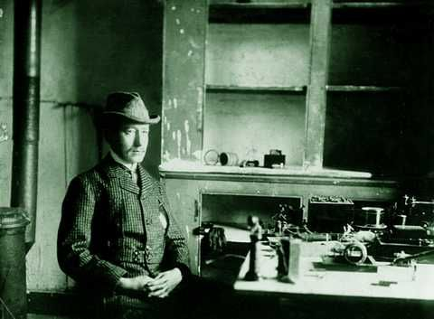 Marconi and his wireless apparatus,1901