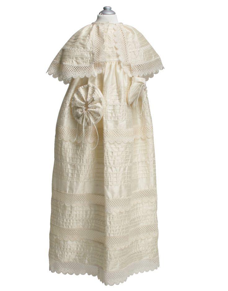 MAGNO -Elegante ropón de shantung de seda y guipur con bordados a mano. La talla 24 y 36 no incluyen zapatitos y se cotizan aparte.  Incluye: Traje completo, faldón (desmontable), gorro, zapatitos y fé de bautismo.
