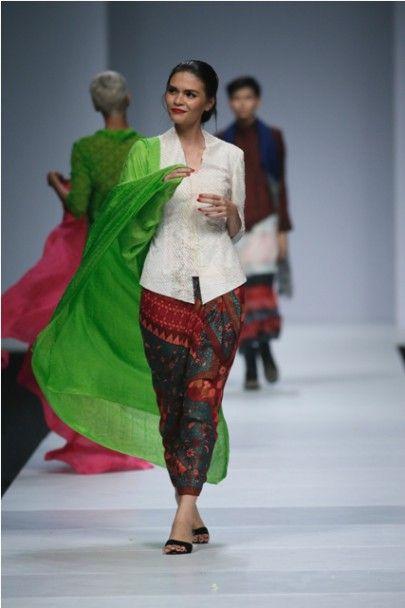 Jakarta Fashion Week 2015: Model Bergoyang Oplosan di Akhir Show BIN House
