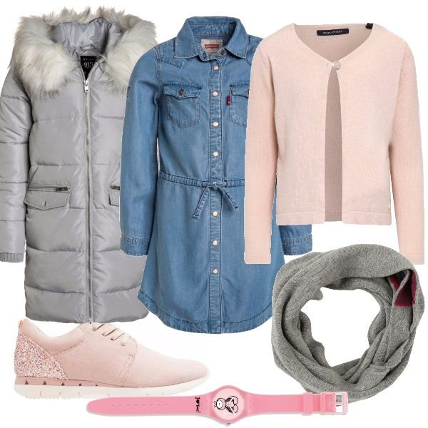 Per questo outfit: vestitino di jeans, caldo golfino in lana con un bottone rosa, sneakers rosa con brillantini, piumino lungo grigio, collo in lana grigio e orologio rosa.