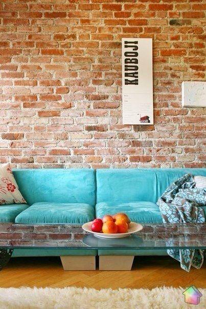 Кирпичная стена и бирюзовый диван