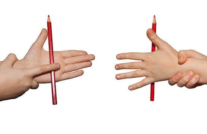 УПРАЖНЕНИЯ С КАРАНДАШОМ ДЛЯ РАЗВИТИЯ МЕЛКОЙ МОТОРИКИ  1— катаем карандаш по столу ладошкой (ладошками) 2 — добываем огонь 3 — горка: по тыльной стороне одной руки катим карандаш ладошкой второй руки 4 — вертушка: — крутим пальцами на поверхности стола карандаш 5 — вертолет — крутим в воздухе  6 — подъемный кран: двумя пальцами поднимаем (меняем пары — с большим пальчиком, без большого) 7 — экскаватор : одним пальцем поднимаем 8 — качели — зажимаем карандашик между двумя пальцами и качаем
