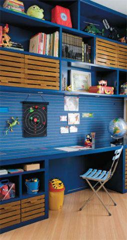 Entre a estante e a escrivaninha, o quadro de avisos é uma cortiça revestida de tecido. Projeto de Marinha Linhares.