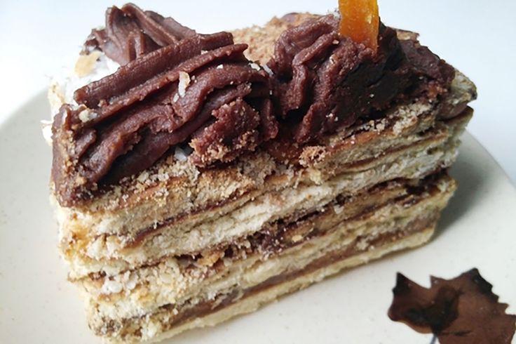"""Echipa Bucătarul.tvvă oferă încă o rețetă delicioasă de tort fără coacere, care seamănă cu tortul """"Tiramisu"""", dar care este mult mai economic și poate fi preparat de oricine. Tortul """"Cafea cu ciocolată"""" se prepară foarte simplu și ușor, este foarte moale șidelicios, cu gust intens de cafea și aromă uimitoare – un desert de care …"""