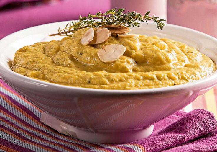 Purê de legumes:     4 cenouras     4 batatas médias     2 abobrinhas     1 fatia de abóbora sem casca     1/4 de xícara (chá) de manteiga     1/2 xícara (chá) de leite     1/2 caixa de creme de leite     Sal, pimenta-do-reino e tomilho fresco a gosto     2 colheres (sopa) de queijo parmesão ralado  Modo de preparo  Lave e corte os legumes em cubos. Cozinhe-os, separadamente, no vapor. Transfira os legumes cozidos para o liquidificador e bata bem. Reserve. Numa panela, derreta a manteiga…