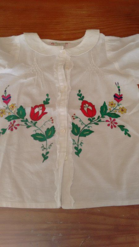 Blusa de niña, pintada a mano.