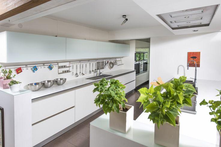 Blick auf die Next125 Küche vom Eßplatz mit Blick auf die Spülenzeile mit untergebauter Blanco Steelart Einbauspüle Zerox. Geplant und realisiert wurde diese Küche von Daniel Psotta | schwabenkuechen.de