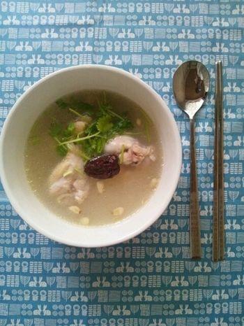 薬膳スープのイメージといえば参鶏湯。難しそうですが、身近にある食材で作れる簡単レシピのご紹介です。 [レシピ内の生薬] ・にんにく(大蒜) ・生姜 ・なつめ(大棗) ・松の実(海松子) ★松の実は皮膚に栄養を与え、女性に嬉しい『美しい肌づくり』の手助けをする働きがあります。