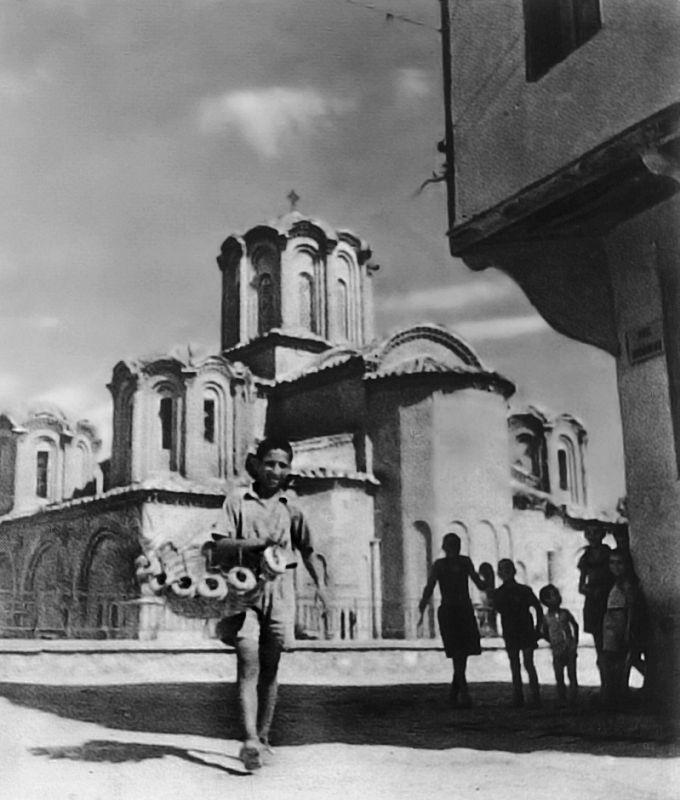 Ένας νεαρός κουλουρτζής μπροστά στο ναό των 12 Αποστόλων, το 1952