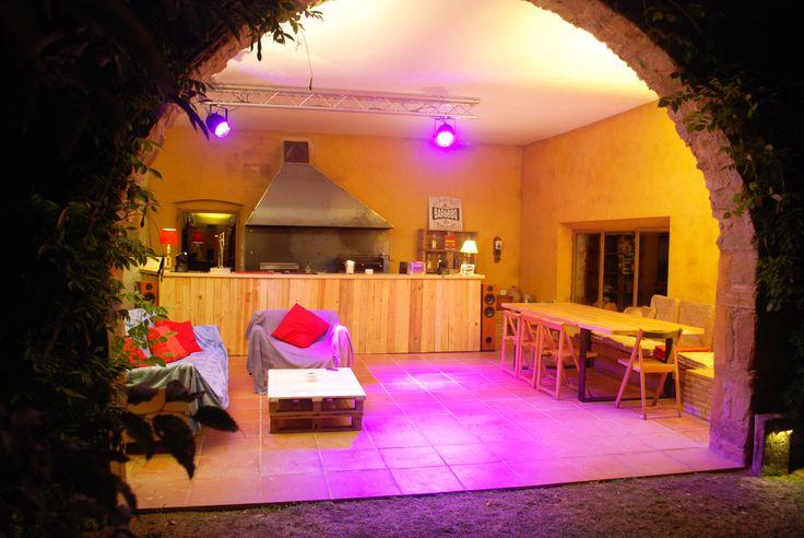 El espacio se ha dotado con una completa y funcional instalación de audio y luces, que permiten el aprovechamiento y disfrute del espacio todo el día y toda la noche, cenas y barbacoas nocturnas e incluso para hacer fiestas y celebraciones con amigos
