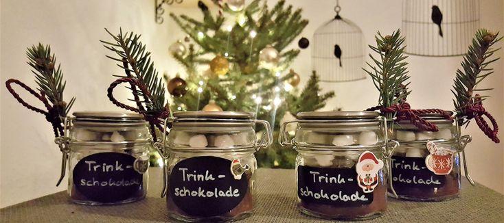 Last Minute DIY-Weihnachtsgeschenk: Eine Trinkschokolade könnt ihr schnell und einfach aus Back-Kakao, gehackter Schokolade und Mini-Marshmallows selber machen und zu Weihnachten verschenken