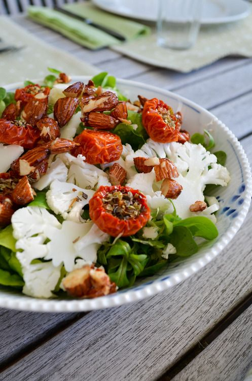 Grøn salat med langtidsbagte tomater, blomkål og salt-/honningstegte mandler — Sesam, Sesam