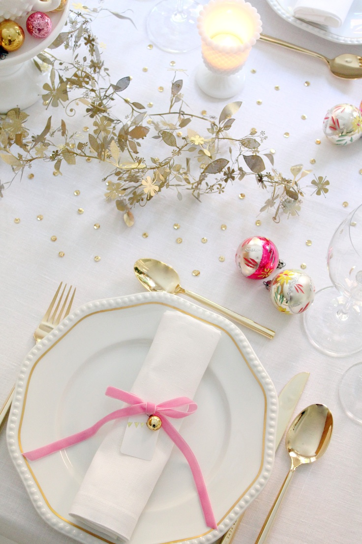 : Tablesettings, Idea, Pink Christmas, Place Settings, Christmas Tables, White Table, Tablescape, Christmas Table Settings, Holiday Tables