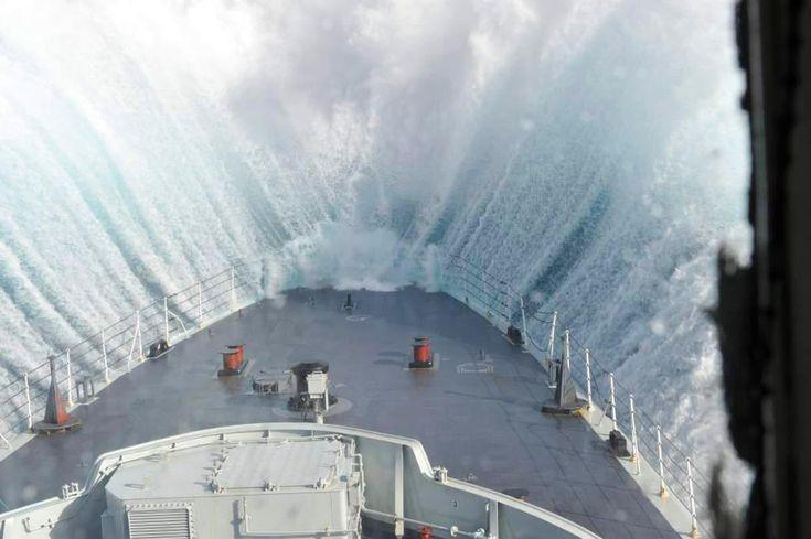 Impressionnante #photo de la proue d'un bateau en pleine tempête