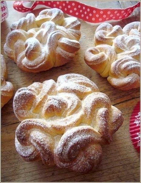 Air lace rolls. Extraordinary, elegant, lacy muffins … such beauty, few can stand !!! Loved buns, look how easy it is to make these lace … handle even a baby. Ingredients: — 350 g flour — 80 g of soft butter — 2 egg yolks — 140 grams of warm milk — 3 tablespoons sugar …