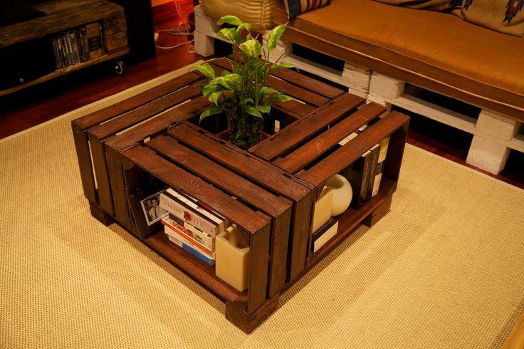 Mesa de cajas de fruta recicladosAncho: 80Largo: 80Alto: 42Se trata de una mesa de cajas de fruta muy bonita que aporta un aire especial a la estancia en la que se coloque. El hueco central que tiene la mesa de cajas de fruta permite colocar un macetero o, por ejemplo, como botellero de vino.La madera usada para esta mesa de cajas de fruta ha sido barnizada con color teka para darle el tono oscuro. Las cajas de fruta que se han usado para esta mesa son robustas con t...