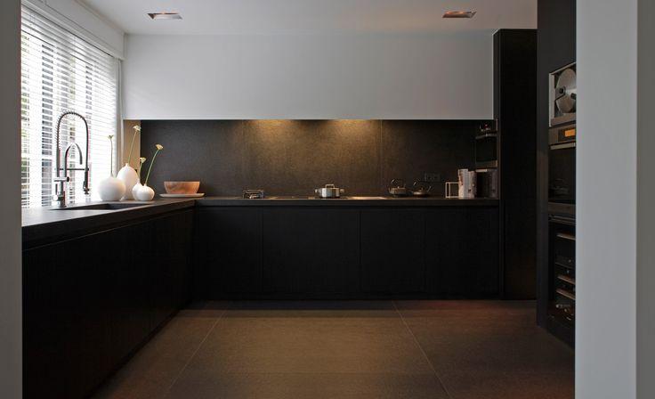 Keuken. Donkere kasten en vloer. Licht plafond. Co. Studio