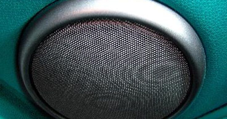 Como Retirar o Rádio de um Honda CR-V. O Honda CRV é um utilitário esportivo popular fabricado pela Honda Motors. O CRV vem de fábrica com um rádio e alto-falantes, mas os entusiastas por áudio que queiram melhorar a performance do sistema de som de seu carro vão geralmente substituir o rádio por um modelo de maior performance. O primeiro passo deste processo é a remoção do rádio ...