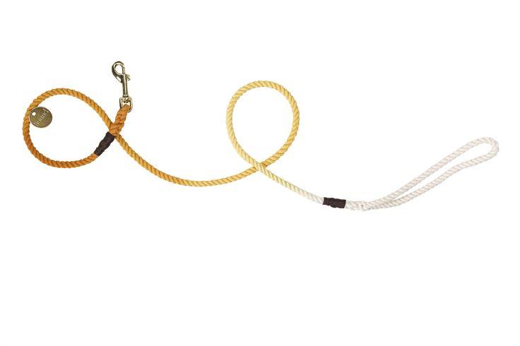 Vodítko z bavlneného lana je ručne farbené a následne zapletené tak, aby vydržalo ťah stoviek kíl. Je ovinuté starým námorníckym spôsobom pre zvýšenú odolnosť, nech je tvoj psík zvyknutý na vodítku chodiť akokoľvek. Vodítko je označené mosadznou známkou s nápisom hound, ktorá dopĺňa unikátny dizajn celého produktu.