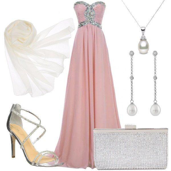 Outfit da cerimonia composto da: abito lungo in chiffon rosa chiaro con scollo a cuore da indossare con la stola bianca, anch'essa in chiffon. I sandali con tacco a spillo color argento, sono impreziositi da strass che richiamano la pochette. Concludono il look gli orecchini e la collana con pendenti a goccia.