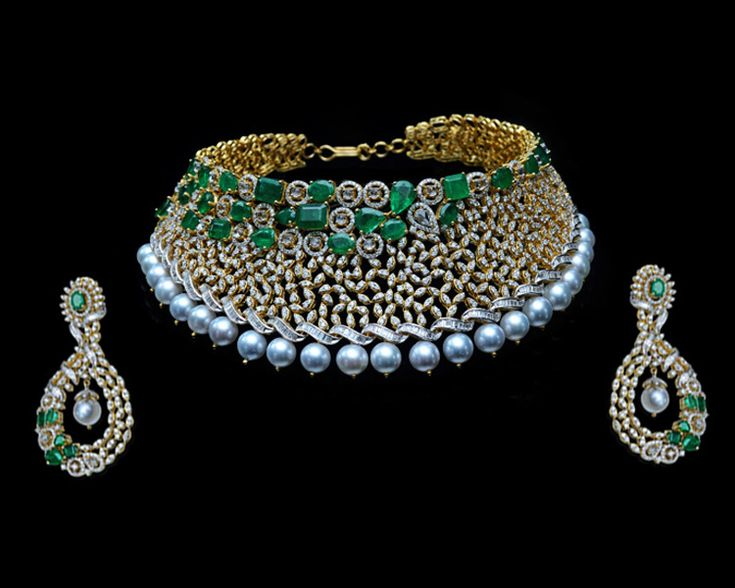 A contemporary #necklaceset studded with #diamonds and #emeralds is sure to mesmerize onlookers with its charm #Jewellery #Jewels #Gehna