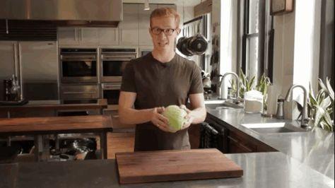 Comment éplucher une salade iceberg en 2 secondes