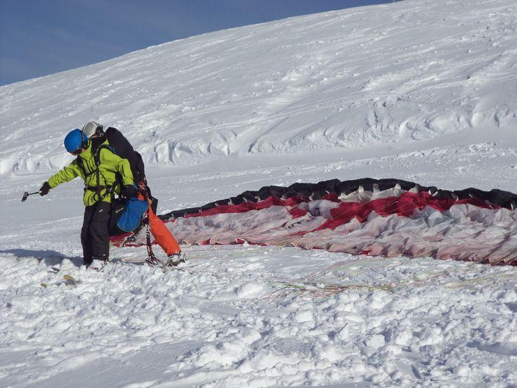 L'hiver, décollage à ski pour un #baptême en #parapente à #Allevard et sa station du Collet.