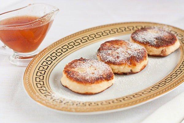 Вместо изюма в сырники можно добавлять мелко нарезанную курагу, кусочки яблока или груши, натёртую морковь или орехи. Сырники можно запечь на противне и приготовить в горшочках. При желании в тесто для сырников можно не добавлять сахар, а добавить чуть больше изюма.