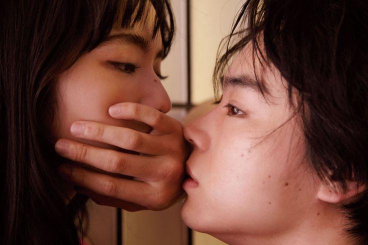 東京・朝の南青山某所。「昨日の夜、海外から戻ってきたばかりなんです」そう言いながら、スタッフと楽しそうに談笑し始めた小松さん。寝癖をつけたまま、眠そうに目をこすりながらエレベーターを降りてきた菅田さん。そして、顔をあわせるなり「久しぶり」と微笑みあった二人。撮影の合間、軽口をたたき合い、笑っていたかと思えば、カメラの前に立った瞬間〝役者〞の顔に。シャッターの音と共に、近づいては離れ、見つめあう……。揺れ動き、すれ違い、惹かれ合う、作品から抜け出したかのように〝恋心〞を見事に表現してくれた。 【菅田さん】レザーベスト¥55200(ゴーシャ ラブチンスキー)、Tシャツ¥23500(ウェールズ ボナー)/ドーバー ストリート マーケット ギンザ その他/スタイリスト私物 【小松さん】メンズのMA-1¥54000/ネオンサイン(ネオンサイン) ニット¥54000/アクネストゥディオズ アオヤ...