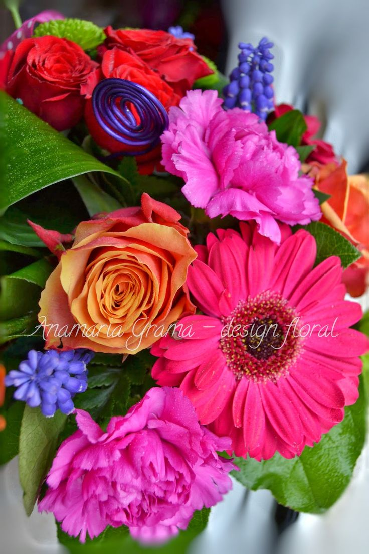Anamaria Grama - design floral: Aranjament floral cu trandafiri portocalii, garoaf...