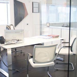 Autelcom realisation - Arcadia Ufficio. Directional office Pitagora series with white glazed glass and alluminium legs