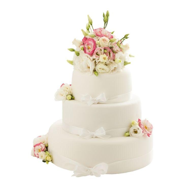 Svatební dort 44 Třípatrový svatební dort, o rozměrech 18 cm, 24 cm a 32 cm, obalen fondánem, dozdoben bílými saténovými stuhami stuhami a živými květy