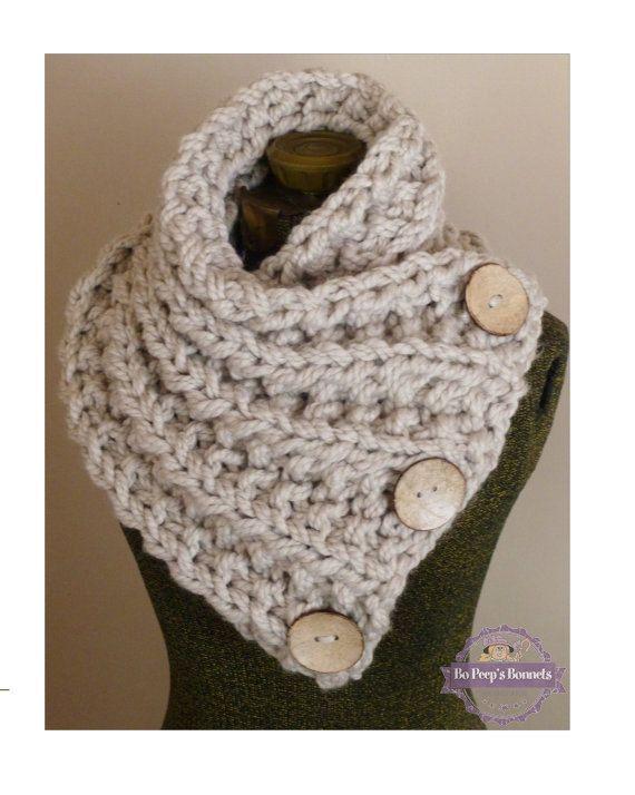 LE LANCASTER foulard, trapu à la main en tricot écharpe en Tan neutre avec trois gros boutons fonctionnels, Chunky tricot capot, Chunky bouton cache-cou