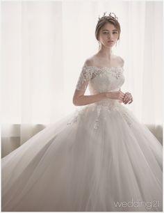 순백으로 전신을 감싼 뮤즈가 보여주는 웨딩드레스 컬렉션,브라이덜 수지