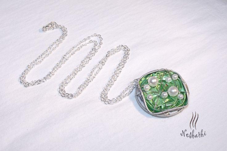 Zöld kapszula gyöngyökkel