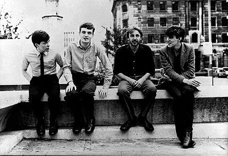 Love will tear us apart, «El amor nos destrozará». Es el título de la canción más famosa de Joy Division, y también el epitafiode la tumba de su cantante, Ian Curtis, a quien el amor efectivamente…