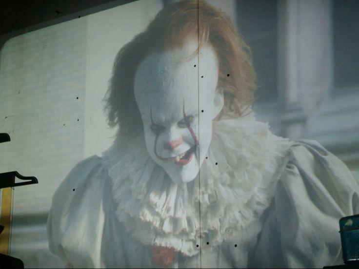 """""""Es"""" ist wieder da! Beim Anblick des ersten Trailers des kommenden Stephen-King-Remakes gefriert einem das Blut in den Adern. In dem Horror-Schocker auch zu sehen: Bill Skarsgard als gruseliger Clown Pennywise."""