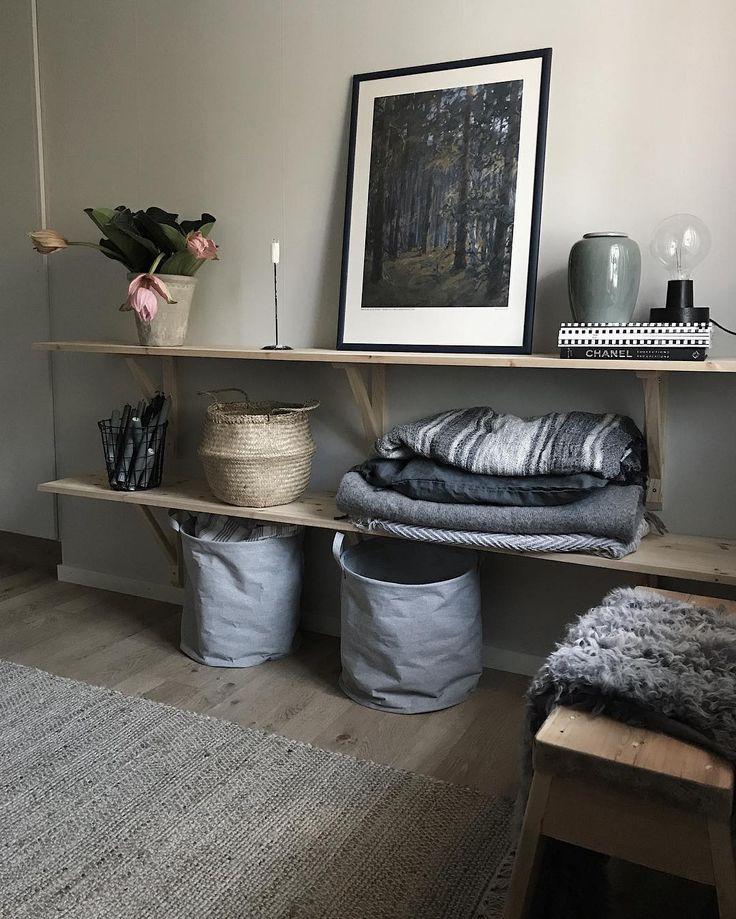 """★emma sundstrÖm ★ på Instagram: """"[har du] en tom och tråkig vägg kan öppna hyllor vara en lösning, pyntet kan varieras i mängder efter humör eller årstid! Ha dom träfärgade…"""""""