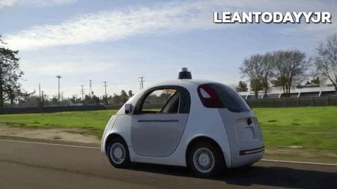 Google'ın sürücüsüz araçları nasıl çalışıyor? Bu araçlar sahip oldukları sensörler aracılığıyla 2 futbol sahası genişliğindeki bir alanda yayalar, araçlar, bisikletliler vb. canlıları ve nesneleri algılıyor. Yazılımları sürüş halindeki tüm bilgileri sürekli işleyerek güvenli bir sürüş için tecrübe kazanıyor by Google #sürücüsüzaraç #otonom #robot #teknoloji #çocuk #tasarım #veri #sensör #trafik