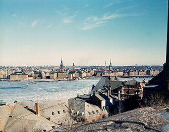 En vy från Skinnarviksberget över Riddarfjärden mot Riddarholmen med drygt 40 års mellanrum. I förgrunden syns taken från Münchenbryggeriet och bryggeriets skorsten är till höger i bild (något beskuret). På fotografiet från 2008 har fartyget Mälardrottningen vid Södra Riddarholmshamnen tillkommit annars är sig allt likt.