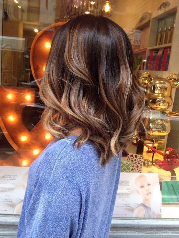 frisuren frauen, blaue bluse, braune haare mit blonden strähnen