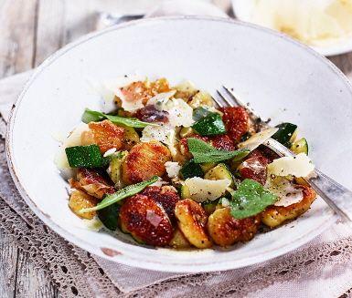 Hemgjorda potatisgnocchi är matpyssel som ger höga smakpoäng.  Enklare än vad man kan tro, följ bara instruktionerna. Den goda potatisgnocchin behöver sedan bara några få utvalda tillbehör för att bli en kulinarisk höjdare. Här serverar du gnocchin med salviadoftande zucchini och purjolök  till en grön gourmetmiddag.