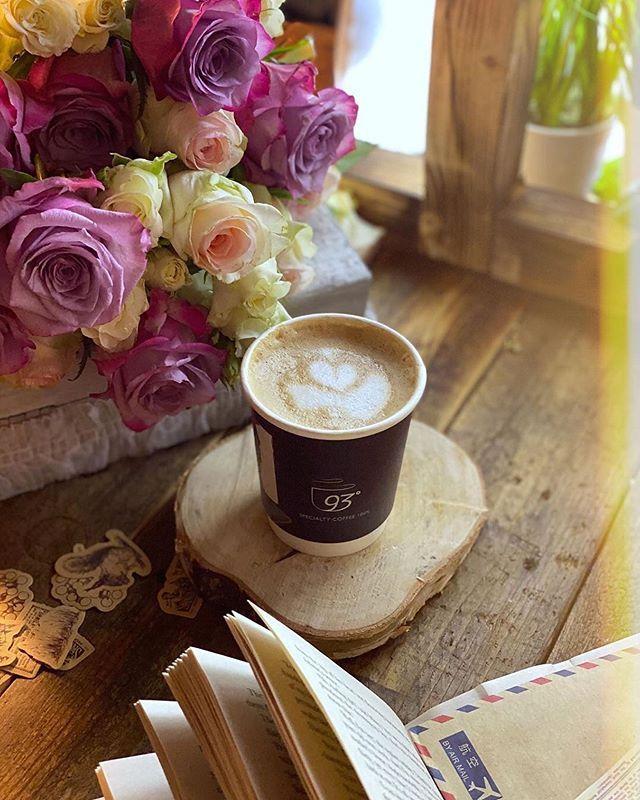 حب الحياة بطريقتك أنت الطريقة التي تلمسك تفاصيلها وتعيشها حبها عن طريق غيمة أو كوب قهوة ㅤ ㅤ ㅤ By Zeza Pic ㅤ Chosen By Rawasi ㅤ الت Glassware Tableware