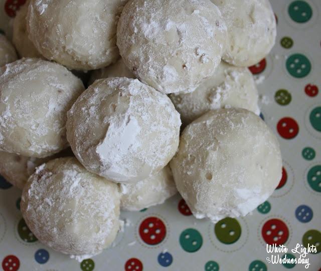 White Lights on Wednesday: 5-Ingredient Vanilla Almond Snowballs ~ Christmas Cookie Swap