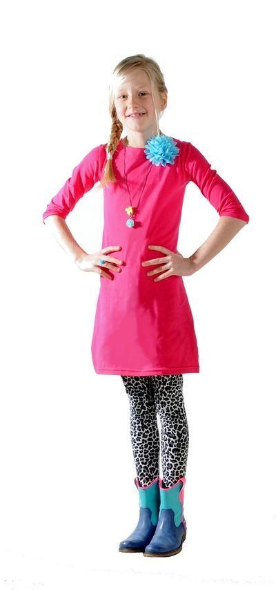 Prachtig roze jurkje met driekwart mouwen. Voorzien van twee drukkertjes bij de hals, zodat je de jurk zelf kan personaliseren en past bij elke gelegenheid. Elke keer weer opnieuw!