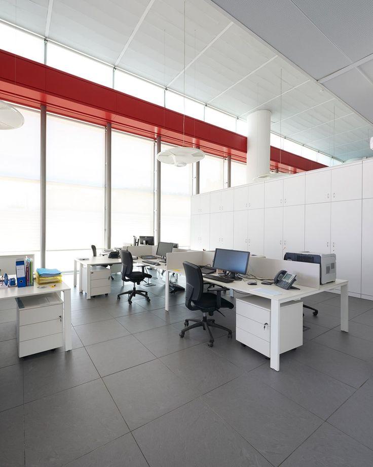 scrivanie You-Eco bianche perfettamente coordinate con le pareti mobili sia divisorie sia attrezzate della collezione Wallsystem